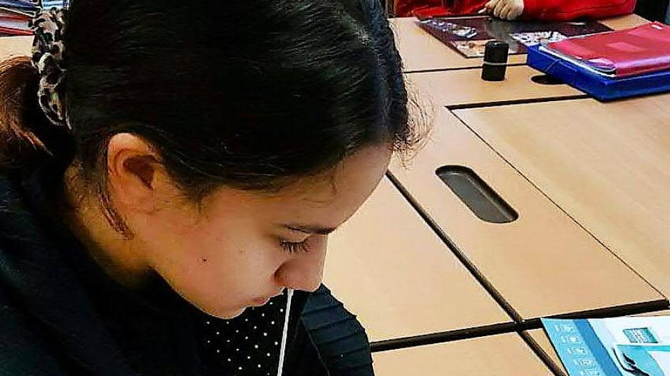 Eine Schülerin entnimmt sich für einen Corona-Selbsttest einen Nasenabstrich (Aufnahme aus Wien im Januar).