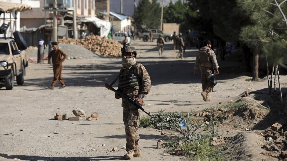 Sicherheitskräfte kommen am Freitag am Anschlagsort nördlich der Hauptstadt Kabul im Distrikt Schakar Dara an.