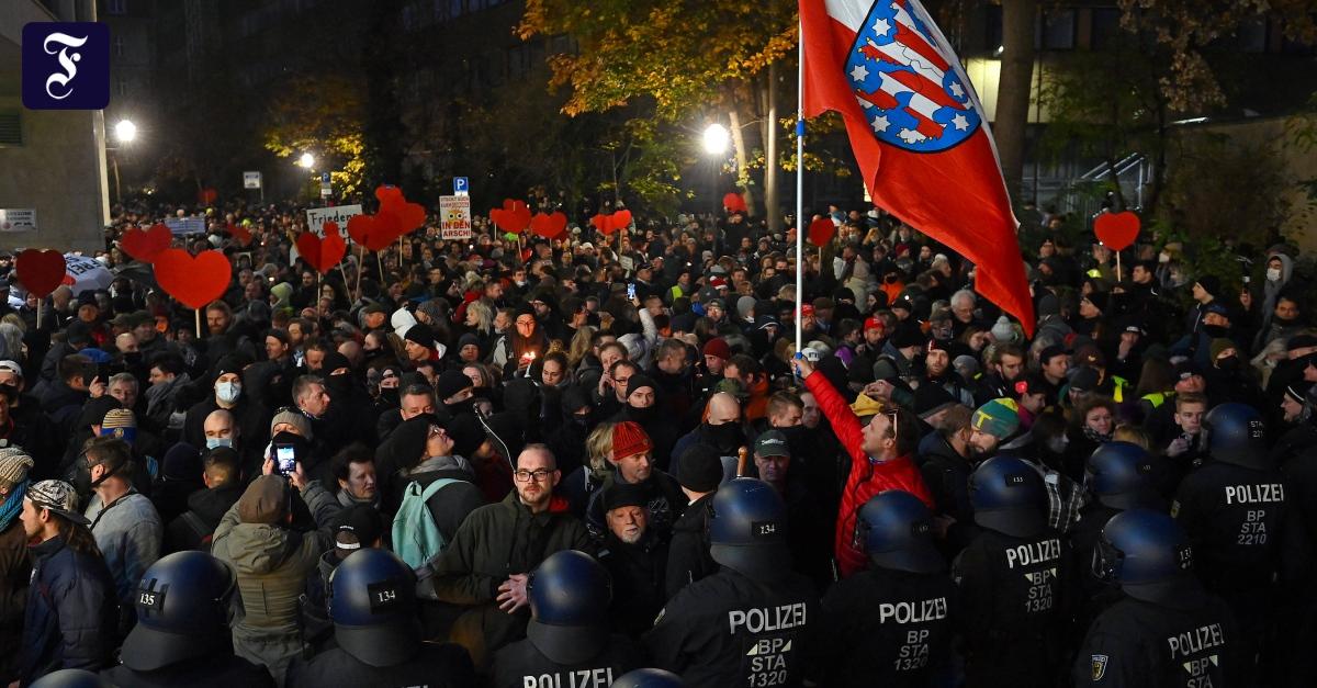 Trotz Absagen und Gegendemos: Steinwürfe und Festnahmen bei Corona-Demo in Leipzig
