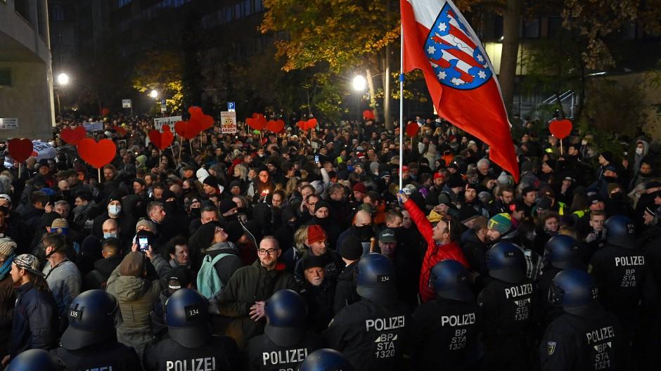 Ohne Abstand, ohne Masken und vor allem ohne Genehmigung: Demonstranten in Leipzig gehen gegen die Corona-Politik und teilweise auch als Corona-Leugner auf die Straße.
