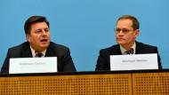 Berlins Bürgermeister Michael Müller (r.) mit dem Innensenator Andreas Geisel auf einer Pressekonferenz anlässlich des Anschlags