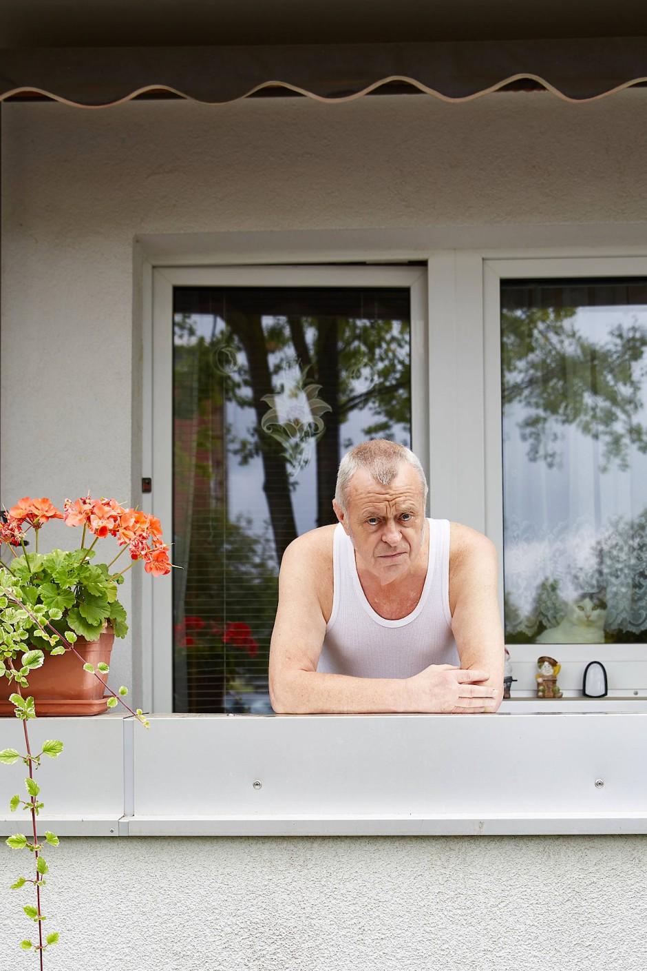 """Klaus Fabien wohnt seit über 40 Jahren im Wohnhaus, gegenüber der Oberschule """"Am Flughafen"""", im Stadtteil Kappel in Chemnitz. Politisch hält er sich raus – die Situation findet er aber schlimm."""