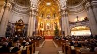 Zukünftig ein Bild mit Seltenheitswert? Zahlreiche Gläubige füllen den Berliner Dom zum Gottesdienst am Heiligen Abend.