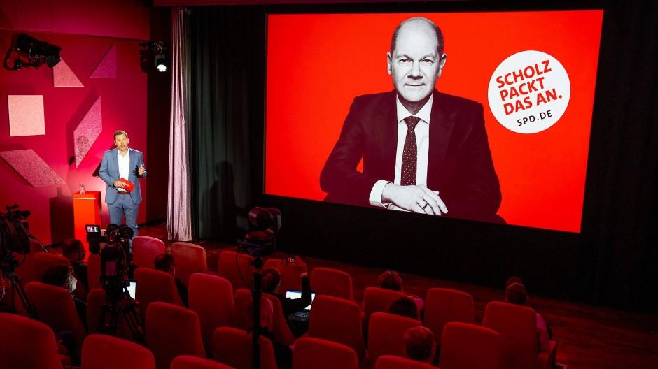 Die Sozialdemokraten setzen auf großflächige Wahlplakate mit ihrem Kanzlerkandidaten Olaf Scholz.