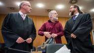 Der Schweizer Spion Daniel M. (Mitte) mit seinen beiden Anwälten vor dem Oberlandesgericht in Frankfurt.