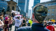 Wut hinter der Maske: Ein Demonstrant bei der Frankfurter Corona-Demo am 16. Mai.