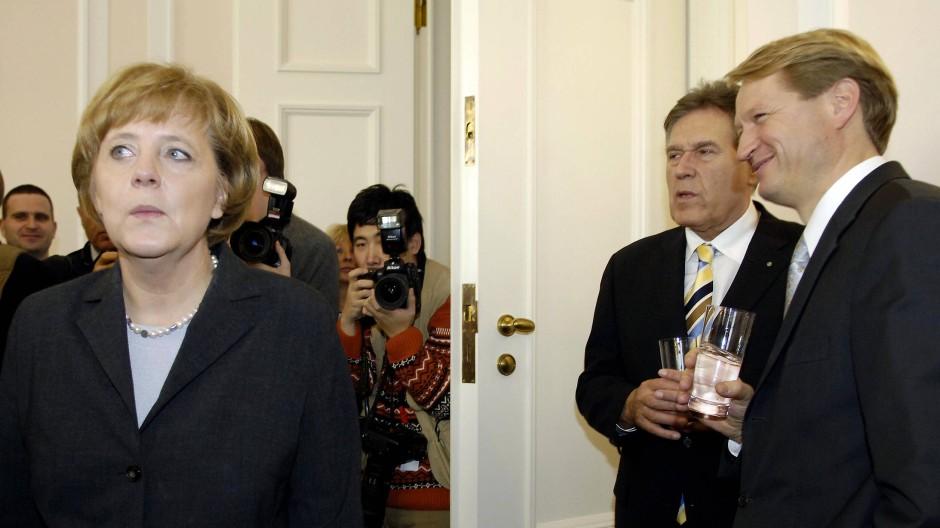 Bundeskanzlerin Merkel auf dem Neujahrsempfang des Bundespräsidenten im Jahr 2006. Rechts Ulrich Wilhelm. Hinter ihm Wirtschaftsminister Michael Glos.
