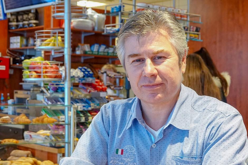 Paul Hartl, Pächter der Bahnhofsgastronomie in Amberg, hat einen pragmatischen Ansatz, Menschen zu unterscheiden.