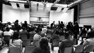 Beginn des Verfahrens gegen Andreas Baader, Ulrike Meinhof, Gudrun Ensslin und Jan-Carl Raspe am 21. Mai 1975 in Stammheim: In der Mehrzweckhalle fanden bis April 2019 fast fünfzig Verfahren statt.