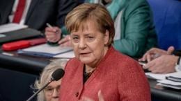Merkel an der Ballwurfmaschine
