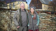 Michael Beleites und seine Frau Luise Ludewig vor ihrem Hof in Blankenstein