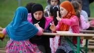 Ein wenig Abwechslung: Flüchtlingskinder beim Grillen am Freitag in in Wolgast (Mecklenburg-Vorpommern).