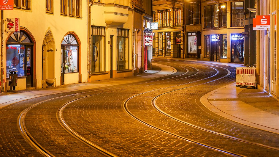 Nächtliche Ausgangssperre seit Dienstag: leere Straße in der Innenstadt von Halle