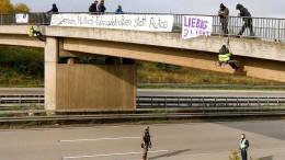 Aktivisten seilen sich von Brücke an der A3 ab