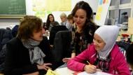 Bildungschancen in den Bundesländern: Unterricht in Deutsch als Zweitsprache in einer Gemeinschaftsschule in Klausdorf bei Kiel, links die schleswig-holsteinische Bildungsministerin Britta Ernst (SPD)