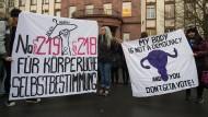 """""""Für körperliche Selbstbestimmung"""": Im November 2017 sprachen sich Demonstrantinnen in Gießen für eine Abschaffung der Paragrafen 218 und 219 aus."""