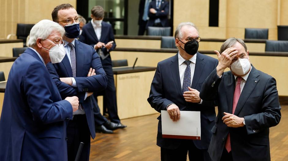Volker Bouffier, Ministerpräsident von Hessen, Bundesgesundheitsminister Jens Spahn, Reiner Haseloff, Ministerpräsident von Sachsen-Anhalt, und Armin Laschet, Ministerpräsident von Nordrhein-Westfalen (alle CDU), am Donnerstag in Berlin (v.l.n.r.)