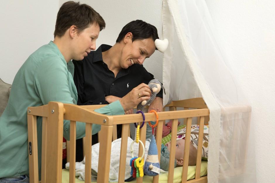 Für lesbische Paare würde sich einiges ändern: Unmittelbar durch die Geburt würde die Partnerin nun zur Mit-Mutter werden.