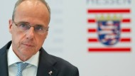 Peter Beuth (CDU), hessischer Innenminister, tritt am Donnerstag in Wiesbaden nach dem Bekanntwerden von neuerlichen Rechtsextremismus-Vorwürfen gegen die hessische Polizei vor die Presse.