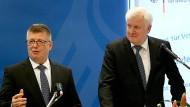 Der Präsident des Bundesamts für Verfassungsschutz, Thomas Haldenwang, und Bundesinnenminister Horst Seehofer sprechen vor der Presse.