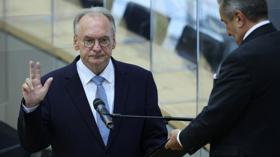 Es kam dann doch noch zum Schwur: Reiner Haseloff bei seiner Vereidigung zum Ministerpräsidenten im Landtag von Sachsen-Anhalt.