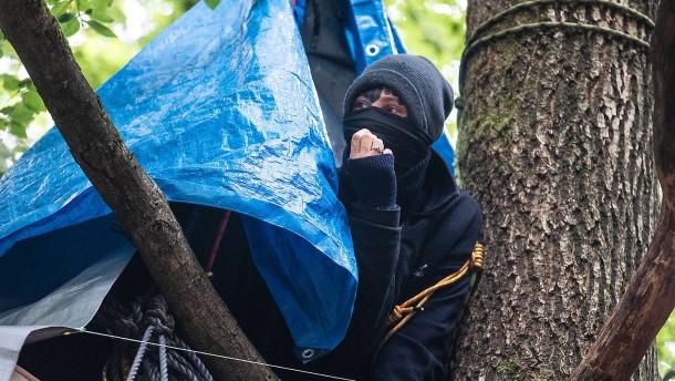 Polizei räumt Baumhäuser im Dannenröder Forst