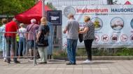 Warteschlange vor einem Impfzentrum in Leipzig