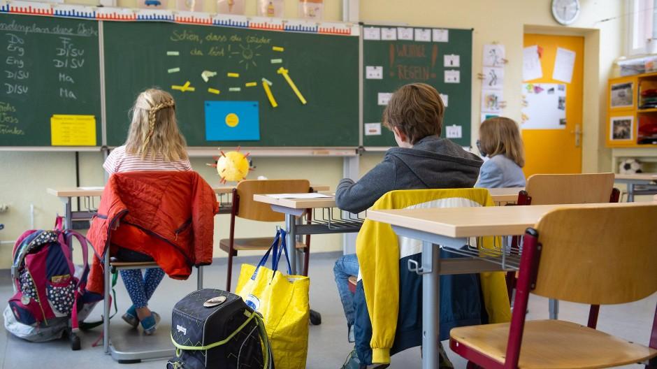 Schüler einer vierten Klasse sitzen zu Beginn des Unterrichts Anfang Mai in Dresden auf ihren Plätzen.