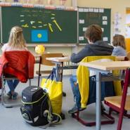 Schüler einer vierten Klasse sitzen zu Beginn des Unterrichts in Dresden auf ihren Plätzen.