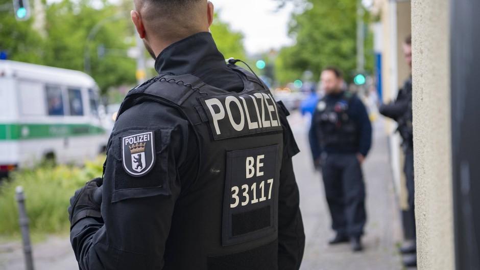 Polizeibeamte des Landeskriminalamt Berlin haben in Frankfurt eine mutmaßliche IS-Rückkehrerin festgenommen (Symbolbild).