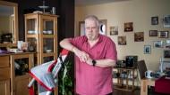 Mit dem Lifter kann Peter König seiner Partnerin aus dem Bett und in den Rollstuhl helfen.