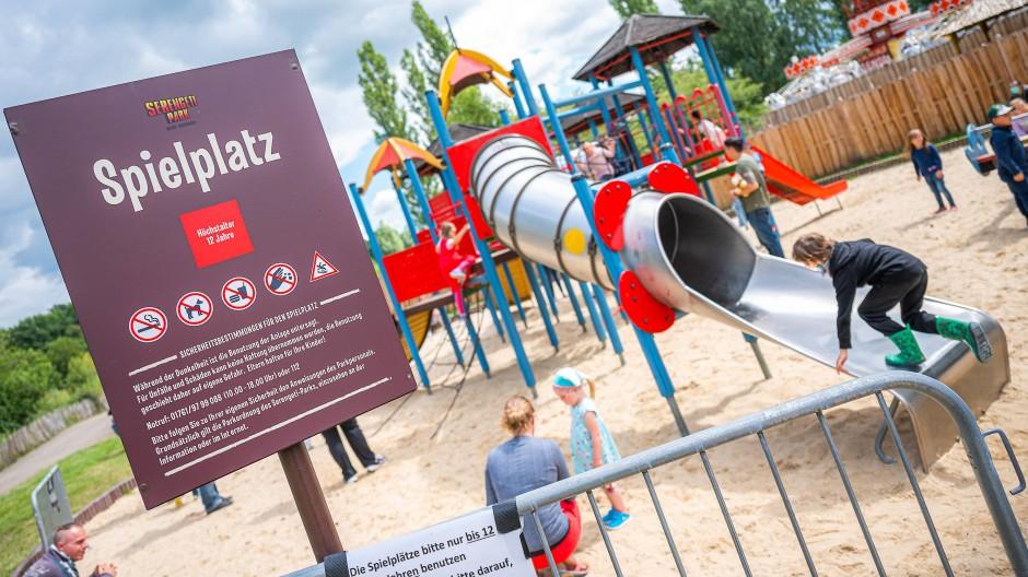 Zeitweise waren sogar die Spielplätze gesperrt: Bewegungsmangel während der Lockdown-Zeiten verursachte gravierende motorische und psychische Beeinträchtigungen für viele Kinder (Szene auf einem Spielplatz in Niedersachsen, Hodenhagen im Juli 2020).