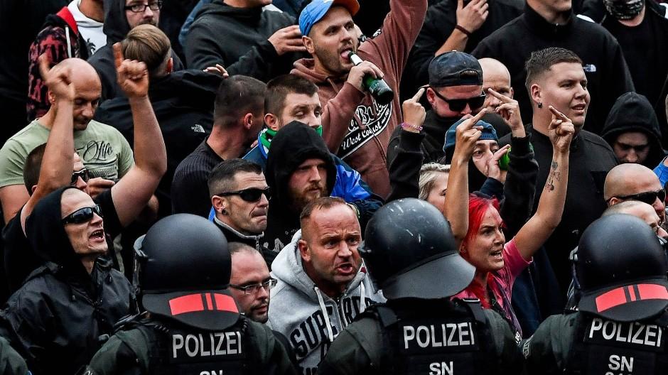 Das Bier in der einen Hand, die andere zur Faust geballt oder mit Mittelfinger in Richtung Gegendemonstration: Noch am Montag versammelten sich wütende Bürger auf der Seite der rechten Proteste.