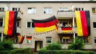 Seit der Fußballweltmeisterschaft 2006 im eigenen Land haben die Deutschen ein entspannteres Verhältnis zu ihrer Flagge und hängen sie zumindest zu Fußball-Großereignissen – wie der WM 2014 – aus dem Fenster.