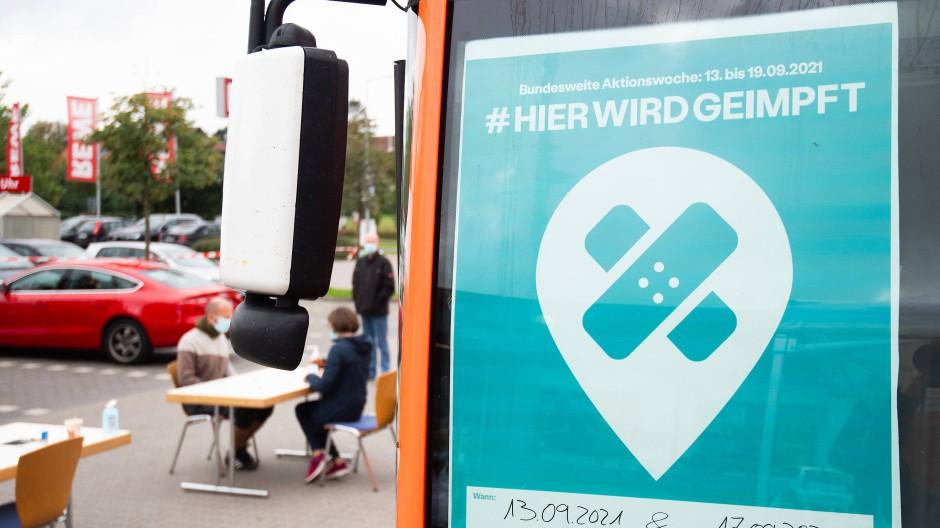 Ein mobiler Impfbus für Impfungen gegen das Coronavirus steht auf einem Supermarktparkplatz in Empelde in der Region Hannover.
