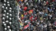 Globalisierungskritische Demonstranten wurden am 1. Juni 2013 in der Frankfurter Innenstadt von der Polizei voneinander getrennt.