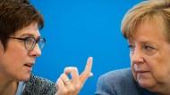Zwei, die sich verstehen: Generalsekretärin Annegret Kramp-Karrenbauer mit der Parteivorsitzenden und Bundeskanzlerin Angela Merkel.