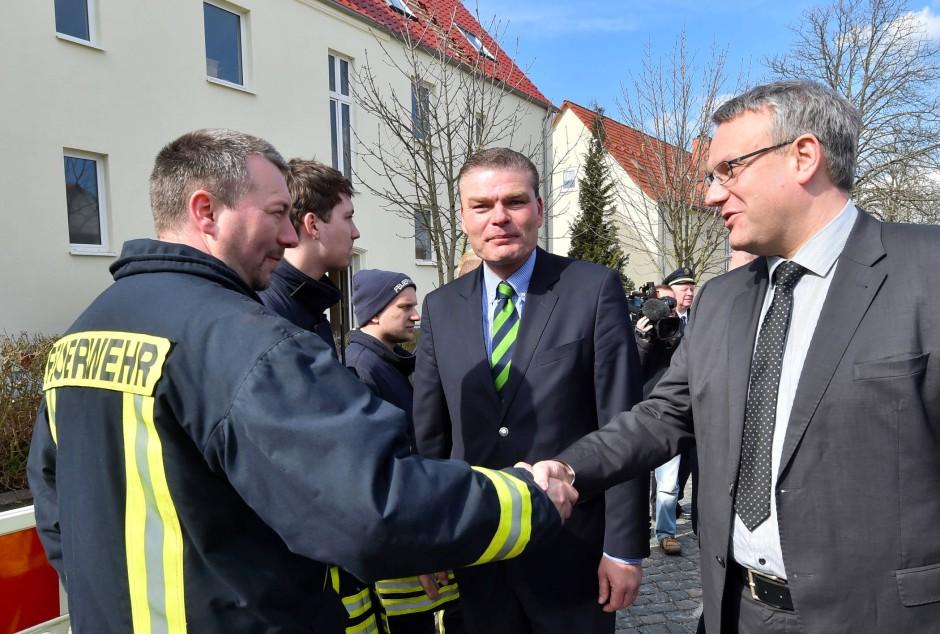 Götz Ulrich, Landrat des Burgenlandkreises, und Holger Stahlknecht, Sachsen-Anhalts Innenminister, am Samstag in Tröglitz.