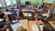 Leistungen nähern sich an, Einstellungen nicht: Mädchen und Jungen einer Schulklasse in Brandenburg