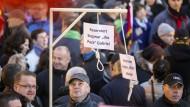 Ermittlungen wegen symbolischen Galgens bei Pegida-Demonstration