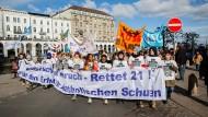 """Schüler demonstrieren in Hamburg unter dem Slogan """"Rettet 21"""" gegen die Pläne des Erzbistums, acht der 21 katholischen Schulen zu schließen."""
