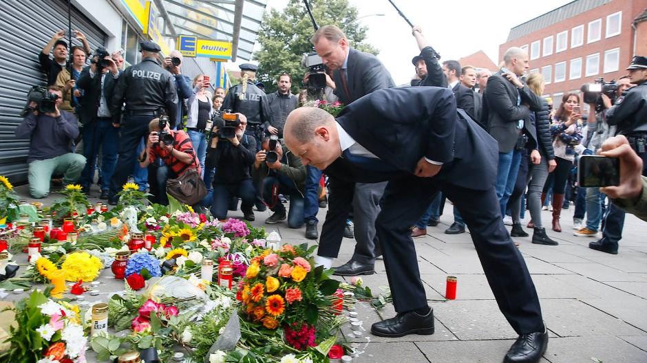 Nach Messerangriff in Hamburg - Olaf Scholz und Andy Grote legen Blumen vor dem Supermarkt