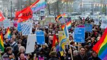 """Rund 300 Leute demonstrierten für """"Vielfalt statt Einfalt"""". Die Stadt Hannover solidarisierte sich mit ihnen durch Regenbogenbeflaggung (im Hintergrund)"""