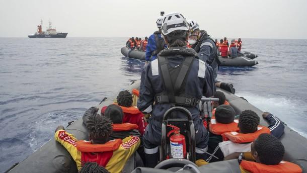 Helfer retten Hunderte Flüchtlinge im Mittelmeer