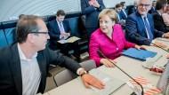 Rechter, rechter Platz: Dobrindt, der leere Stuhl von Seehofer, Merkel und Kauder vor der Fraktionssitzung am Dienstag.
