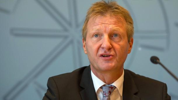 Innenminister Jäger will mehr Personal in Flüchtlingsheimen