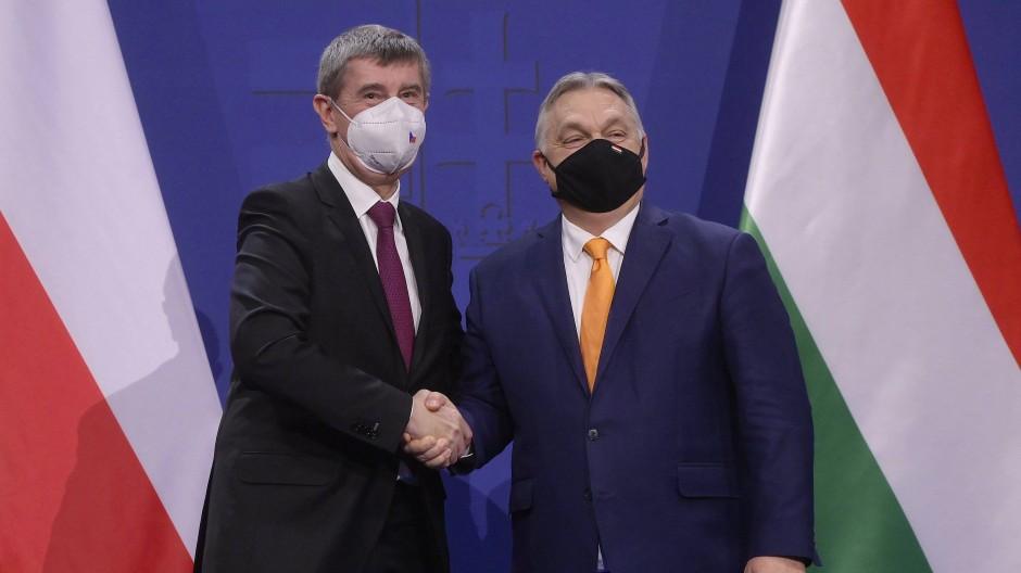 """Nennt Viktor Orbán (rechts) einen """"wahrhaftigen Freund"""": der tschechische Ministerpräsident Andrej Babiš, hier am 5. Februar 2021 in Budapest"""