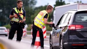 Polizeigewerkschaften uneins über Transitzentren