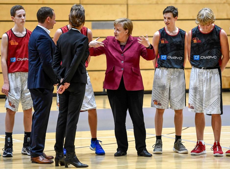 Bundeskanzlerin Merkel und die Basketballer der Niners in Chemnitz: Multikulti durch den Sport leben