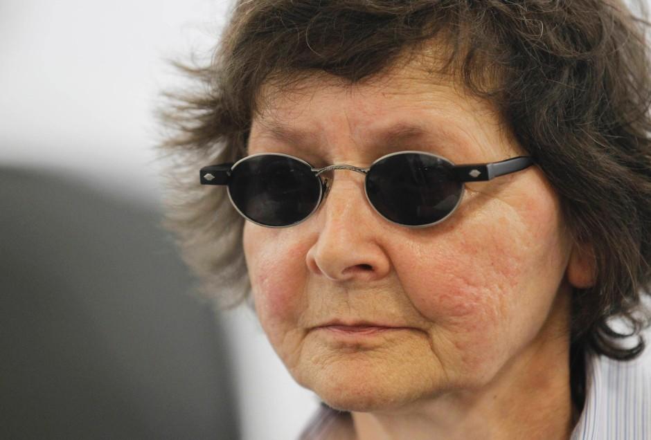 Immer mit Sonnenbrille: Die angeklagte Verena Becker am Dienstag vor dem Oberlandesgericht